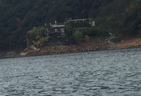 在清澈的千岛湖上乘一艘小船漫游碧湖之上,抑或是悠悠的漫步在钓鱼岛